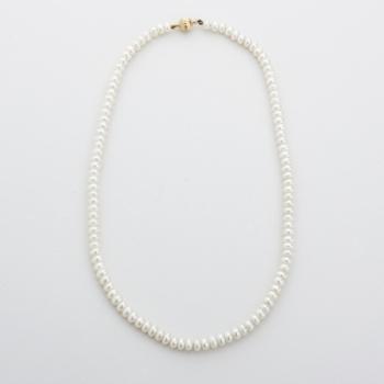 67198e6e7c0f Collar de perlas y cierre en oro amarillo.