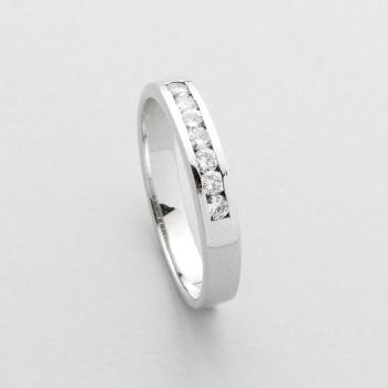96ac58d88d84 Media alianza en oro blanco con diamantes talla brillante con un peso total  de 0