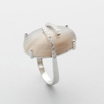 614ab9448608 Sortija en oro blanco con piedra gris central y diamantes talla brillante  con un peso total de 0