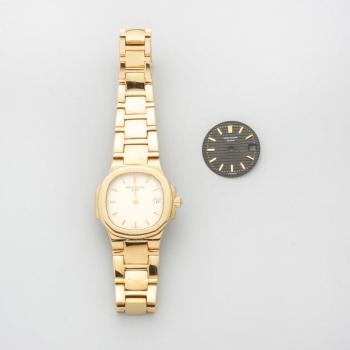 c48fe508d8d0 Reloj de señora con caja y pulsera en oro amarillo marca Patek Philippe  modelo Nautilus con esfera color champán y otra esfera de repuesto en color  negra.