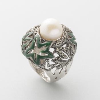 a0cc3a085d58 Sortija en plata y esmaltes con decoración de flores y perla central.