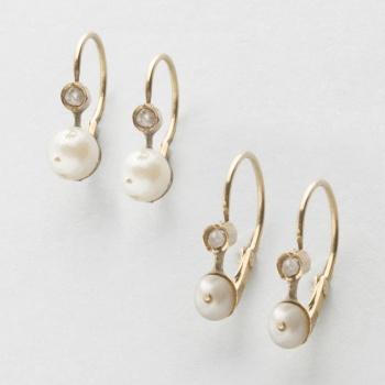 4dc9c5c64e0e Lote compuesto por dos pares de pendientes antiguos en oro amarillo y  perlas.