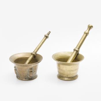 9a92a50a09e9 Lote compuesto por 2 almireces en bronce con decoración de columnas.
