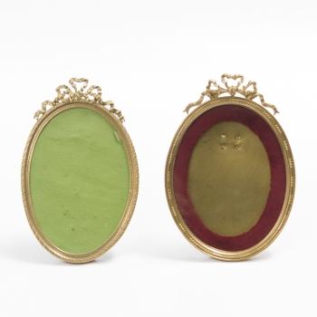 5a6363236557 Lote compuesto por 2 portarretratos ovales en bronce con decoración de  perlas y copete representando lazo central. Estilo Luis XVI. Francia.