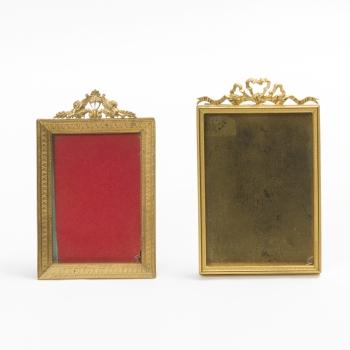 2d59d7a88444 Lote compuesto por 2 portarretratos rectangulares en bronce con decoración  vegetal