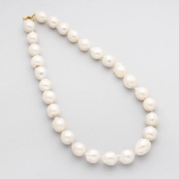 70818a10326c Gargantilla de perlas australianas barrocas y cierre en oro amarillo.