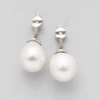 4a56e26f4c80 Pendientes largos en oro blanco con diamantes talla brillante con un peso  total de 0