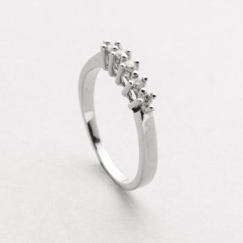 023b82e39f26 Sortija cinquillo en oro blanco con diamantes talla brillante con un peso  total de 0