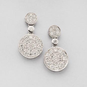 884f2696a49e Pendientes largos en oro blanco con 4 cuajados de diamantes talla brillante  con un peso total de 0