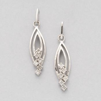 317b70ea25dd Pendientes largos en oro blanco con diamantes talla brillante con un peso  total de 0