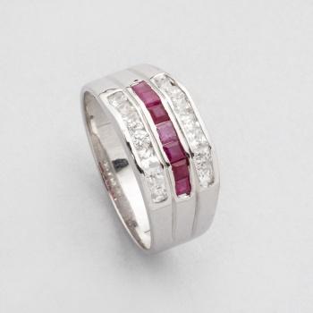 7e395fdd9840 Sortija en oro blanco con una fila central de rubíes talla carré y 2 filas  de diamantes talla brillante.