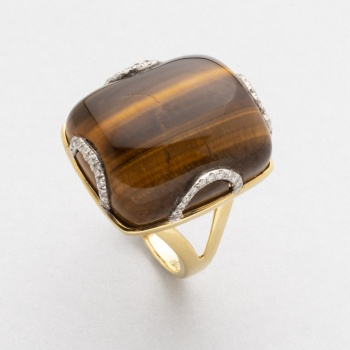 fa4ebefdb2a9 Sortija en oro amarillo con piedra central ojo de tigre y diamantes talla  brillante con un peso total de 0