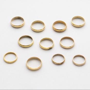 ecedb7a4a2 Lote compuesto por 10 alianzas chapadas en oro de diferentes tamaños.