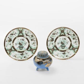 2047b70c079f Lote compuesto por 2 platos y 1 quemador oriental en porcelana policromada  y dorada con decoración de flores