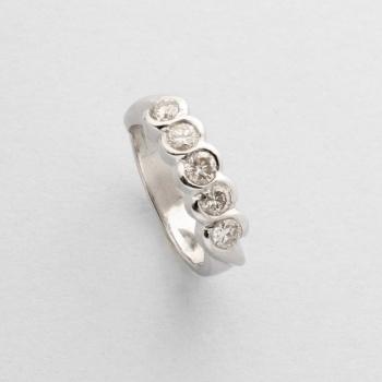d07a500465c4 Cinquillo en oro blanco con diamantes talla brillante con un peso total de  0